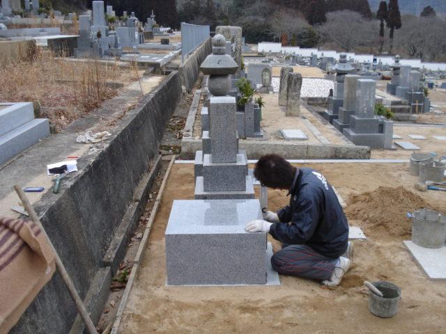 ⑥ 墓石の水平確認