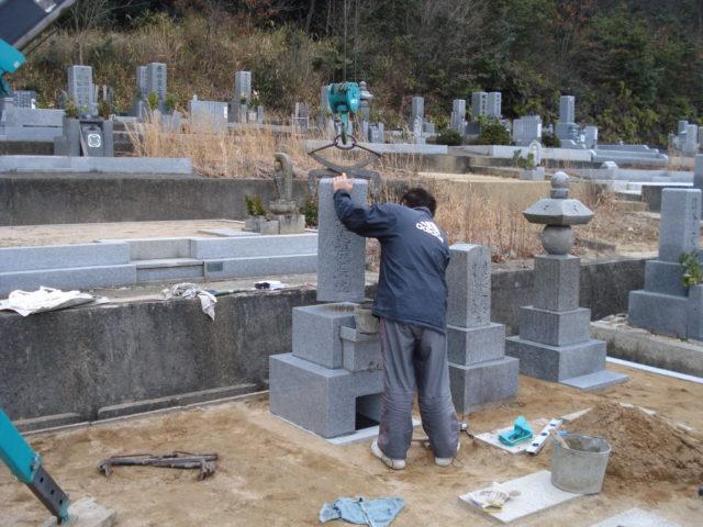 ⑦ 墓石の設置風景